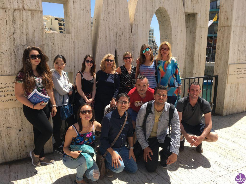 scuola di inglese Malta Gateway studenti che studiano inglese a Malta e insegnanti presso il Monumento dell'amore a Spinola Bay - 12 minuti a piedi da scuola