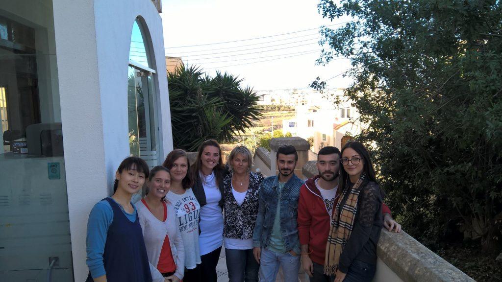 GSE Malta studenti nel cortile della scuola di inglese