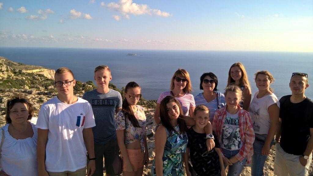 Gateway School of English GSE - studenti durante le passeggiate in campagna per praticare inglese attività di tempo libero a Dingli Cliffs
